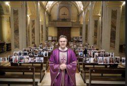 Padre Giuseppe Corbari, pároco da igreja Robbiano, na cidade de Giussano, colocou a foto de cada um dos seus paroquianos nos bancos do templo e assim a igreja ficou repleta mesmo sem a presença física dos mesmos.