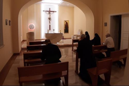 No primeiro dia desta iniciativa, a recitação do Santo Rosário foi transmitida ao vivo através do Facebook pela Arquidiocese de Poznan.