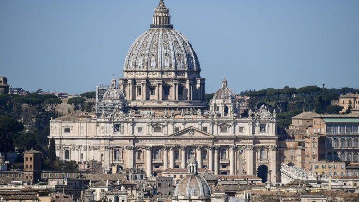 É grande o receio de que o vírus tenha contaminado outros clérigos e inclusive o Santo Padre, que está com 83 anos de idade, e que aos 21 teve um pequeno lóbulo do pulmão direito extraído por conta de uma pneumonia.
