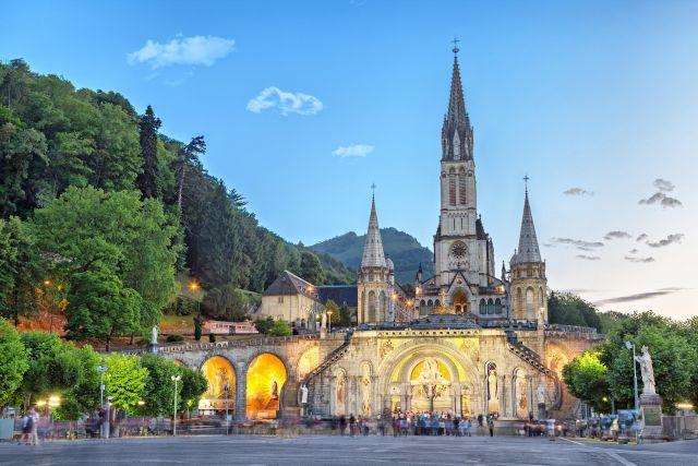 Mesmo sem a presença dos peregrinos, um grupo de capelães permanece fazendo suas orações ininterruptas à Nossa Senhora de Lourdes.