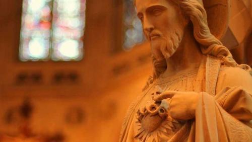 O coração de Nosso Senhor permanece aberto a todos os homens e mulheres. Ainda que não possamos adorar juntos, cada um de nós pode buscá-lo nos tabernáculos de nossos próprios corações.
