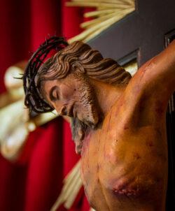 Nesta Semana Santa, em casa, tomemos nas mãos o crucifixo, abramos o Evangelho: Crucifixo e Evangelho, isso será para nós uma grande liturgia doméstica, pois não podemos ir à igreja nesses dias, diz o Papa.