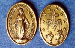 A Virgem Imaculada mandou que Santa Catarina fizesse cunhar esta imagem numa medalha, e prometeu que quem a usassem receberia dela muitas graças.