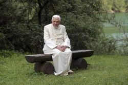 Nos 93 anos de Bento XVI: uma festa sem visitas, mas circundado de afetos, orações e com um pensamento especial voltado para as vítimas do coronavírus.
