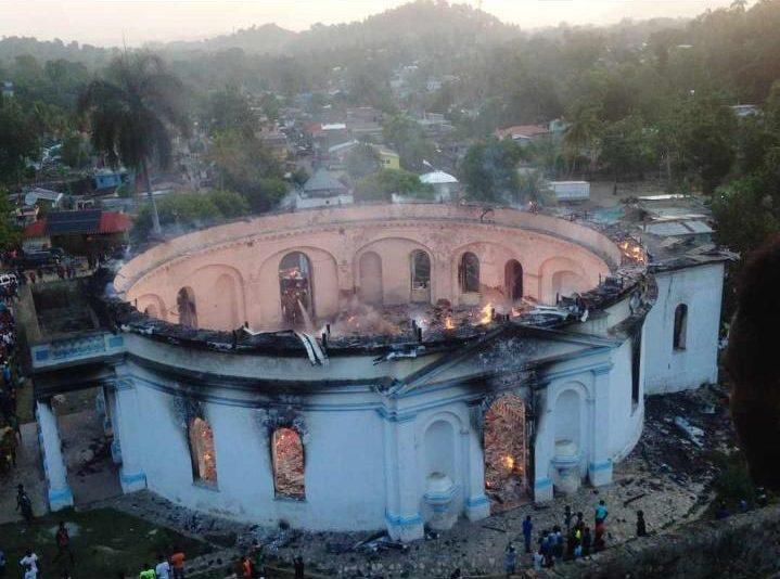 Igreja bicentenária é destruída por incêndio no Haiti