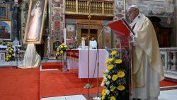 """Papa lembra palavras de Jesus a Santa Faustina: """"Eu sou o amor e a misericórdia em pessoa; não há miséria que possa superar a minha misericórdia""""."""