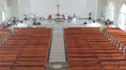 Estão sendo anunciadas normas para a participação de fiéis nas missas: distanciamento mínimo entre os fiéis, uso de álcool em gel e máscara,  e que as igrejas possam receber a presença de até 30% de sua capacidade de público.