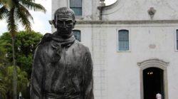Na cidade de Anchieta, no Espírito Santo, vândalos atiram tinta vermelha em imagem do Santo missionário, Apóstolo do Brasil.