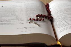 """Projeto de Lei cria o """"crime de posse de material inflamatório"""" que pode incluir nessa categoria a Bíblia e o Catecismo da Igreja Católica."""