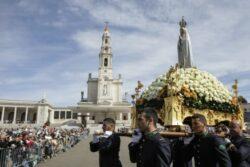 Mesmo ainda com restrições por causa da Pandemia, nos domingos, o Santuário de Fátima se tem transformado na paróquia de milhares de famílias cujas Igrejas têm ainda acesso restrito.