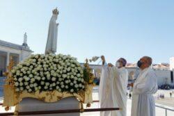 """13 de agosto, quando se aniversaria a quarta aparição de Nossa Senhora em Fátima, o cardeal de Leiria-Fátima saudou peregrinos que regressaram ao Santuário para """"uma bela peregrinação"""" dedicada aos migrantes."""