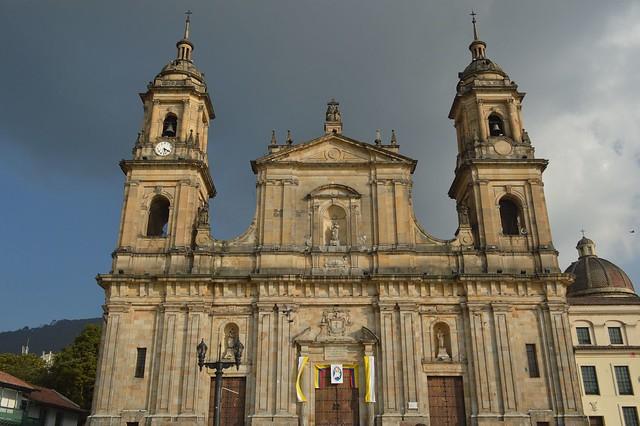 Controvertida prefeita de Bogotá estabeleceu que as igrejas não deveriam ser reabertas, mas a decisão de reabrir ou não os locais de culto passaram para a alçada do governo nacional.