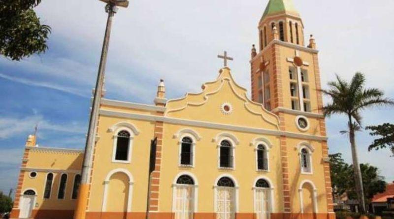 """""""O diabo manda aqui"""" e """"Vai morrer padre"""" foram frases pichadas na parede e na toalha do altar da Igreja no interior do Ceará."""
