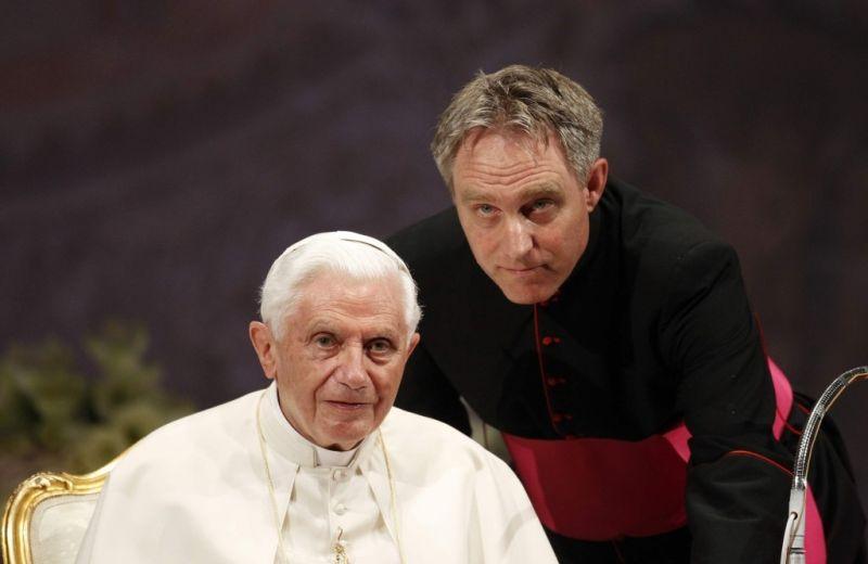"""Segundo fontes próximas ao arcebispo, Dom Georg Ganswein, foi internado em um hospital com """"graves problemas renais"""". A fonte não ofereceu mais detalhes do que isso."""