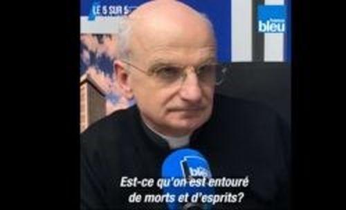 """Padre Duloisy, exorcista da arquidiocese de Paris, diz que nos exorcismos o demonio nem sempre sente-se afetado por crucifixos ou água benta: """"Existem demônios silenciosos."""""""