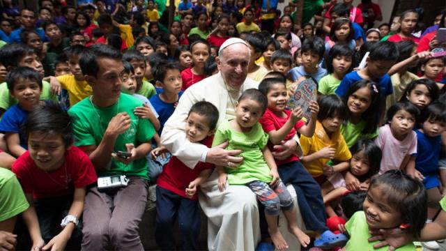 """A mensagem de Francisco afirma que a educação católica deve ensinar não somente o pensamento crítico, mas também """"a formação à doutrina e à moral cristã""""."""