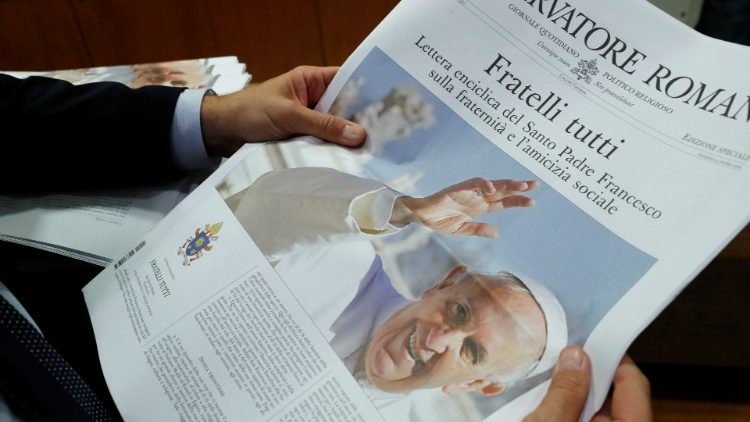 """No Angelus, Francisco falou da """"Fratelli Tutti"""", distribuiu o documento e comentou: """"a autoridade é um serviço e, assim, deve ser exercida para o bem de todos e para a divulgação do Evangelho""""."""