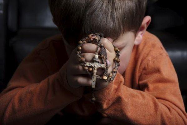 """""""Fazemos votos de que esta iniciativa mundial de recitar o Rosário nos encha de coragem e de confiança na proteção amorosa de Deus, que Ele deseja derramar sobre nós por meio de Sua Santa Mãe""""."""