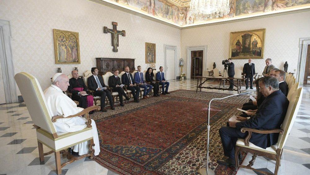"""Para o Papa Francisco, """"a adoração do antigo bezerro de ouro voltou com uma aparência nova e implacável""""; voltou na """"idolatria do dinheiro""""."""