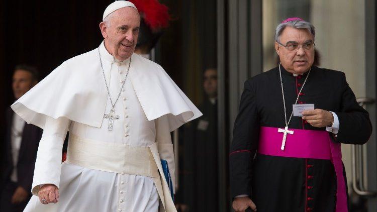 """O novo Prefeito Dom Marcello Semeraro é originário da região italiana da Puglia, é secretário do """"Conselho de Cardeais"""" e até agora era bispo de Albano."""