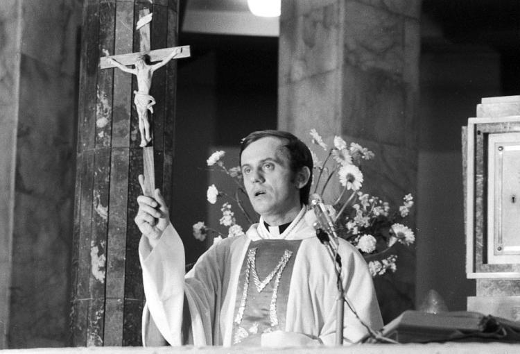 Em 19 de outubro de 1984, poucas horas após celebrar sua última missa, o Padre Popiełuszko foi sequestrado e torturado até a morte, por criticar governo comunista da polônia.