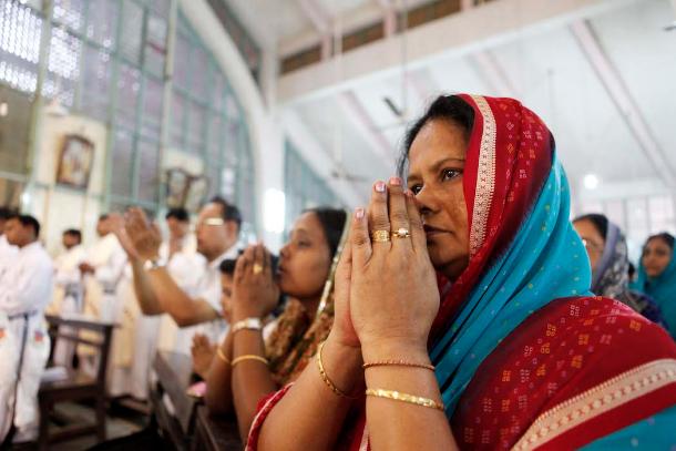 Bangladesh: milhares de homens, mulheres e crianças participam de grupos que rezam o Santo Rosário em família para homenagear Nossa Senhora.