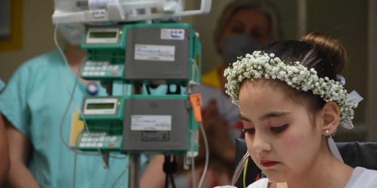 Uma surpresa aconteceu na Capela do Hospital: usando um vestido branco, com uma coroa de flores na cabeça e um terço na mão, Gabriela recebeu a Primeira Comunhão.