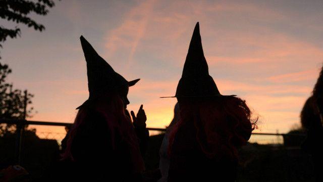 O costume de comemorar as bruxas e outros espíritos, além de invocar os mortos, não é católico, deve ser evitado, mesmo que possa ter apenas conotação folclórica ou lúdica.
