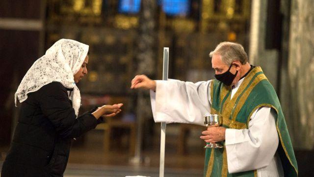 A decisão do Governo britânico reflete a importância do direito de todas as pessoas de expressarem sua Fé através da adoração presencial pública.