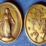 """A Virgem apareceu a Santa Catarina e mostrou como seria uma medalha a ser distribuída entre o povo e prometendo graças aos que a usassem. Os milagres foram tantos que os fiéis a chamaram """"Medalha Milagrosa""""."""