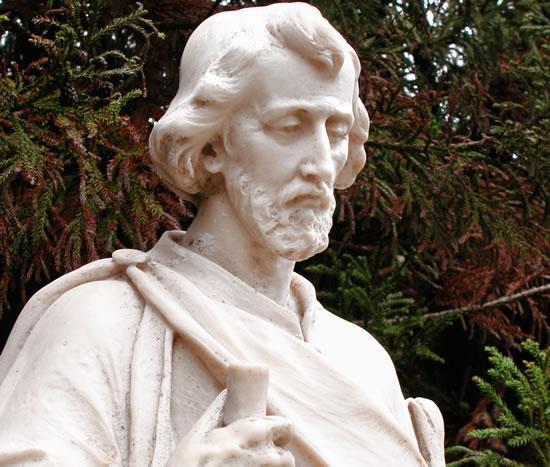 """São José enfrenta os """"problemas concretos"""" da sua Família, ele é o Protetor de Jesus e de Maria e """"não pode deixar de ser o Guardião da Igreja""""."""