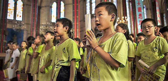 Partido Comunista Chines obriga professores a espalhar o ateísmo entre as crianças, a educar a não acreditar em Deus e castigar os recalcitrantes com penalidades humilhantes.