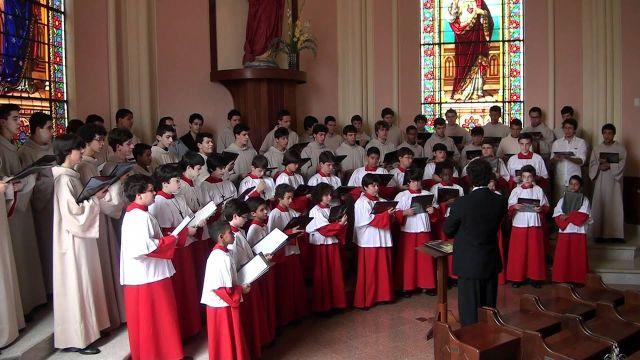 Os Meninos Cantores de Petrópolis manterão a tradição de difundir com seus cânticos a mensagem de Natal nascida do Presépio: um esforço para difundir ânimo, luz, alegria no final de um ano de pandemia.