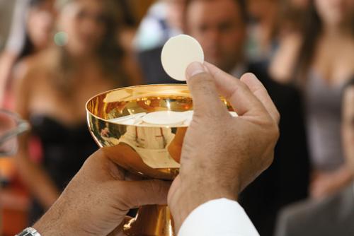 Os santos encontraram na Eucaristia o alimento para o caminho da perfeição: também queremos ser santos de hoje.