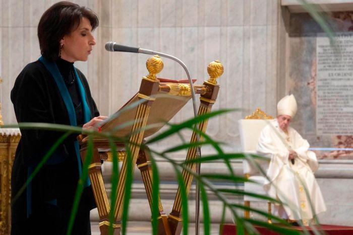 As modificações do cânone 230 do Código de Direito Canónico estabelecem que mulheres possam ter acesso permanente aos ministérios de Leitor e Acólito.