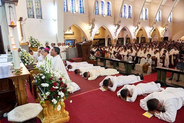 Indonésia: muitas vocações sacerdotais e religiosas, institutos masculinos e femininos, constroem seminários e casas religiosas.