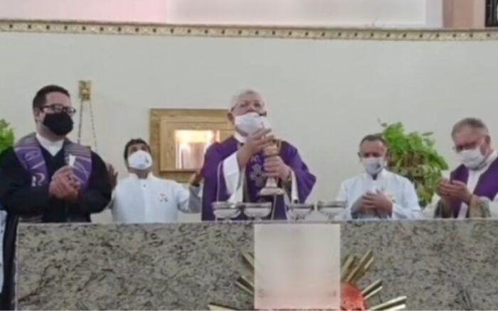 Logo após a divulgação das imagens da transmissão online da missa sacrílega, inúmeros fiéis protestaram demonstrando sua indignação com a inédita situação criada.