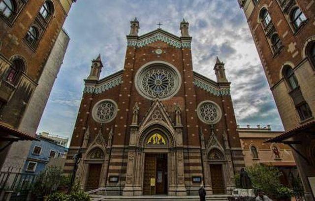A Basílica pertenceu à Família Real Italiana, está sob os cuidados dos Franciscanos Conventuais e foi reconstruída em estilo neogótico veneziano entre 1906 e 1912.