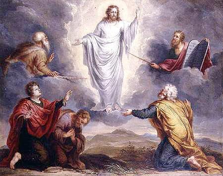 Na transfiguração, o rosto radiante de Jesus, as vestes resplandecentes antecipam sua imagem como ressuscitado, oferecem a luz da esperança, para atravessar as trevas: a morte não será o fim, haverá a glória da Ressurreição.