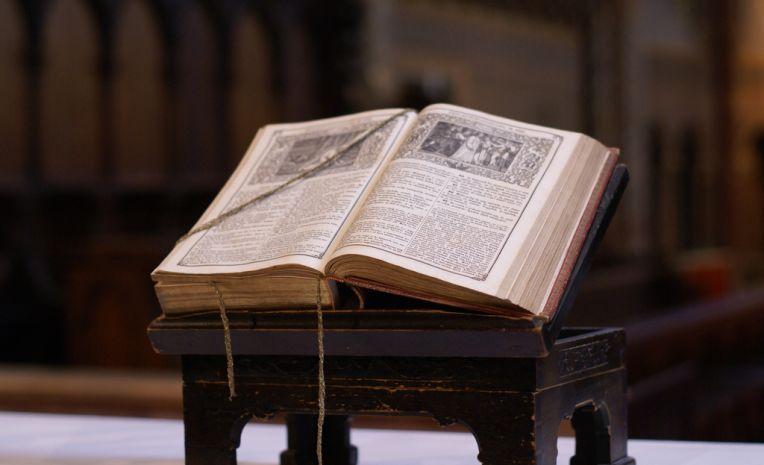 A Igreja Católica rejeita a Sola Scriptura e ensina: a Palavra de Deus é vem dos escritos, da tradição oral e do Magistério da Igreja. Para isso ela é guiada pelo Espírito Santo.
