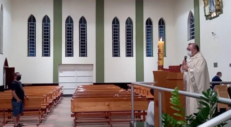 Alegando que estava proibida e que seria impedida sua transmissão, Fiscais sanitários de Duartina invadem Igreja e exigem que sacerdote encerre live.