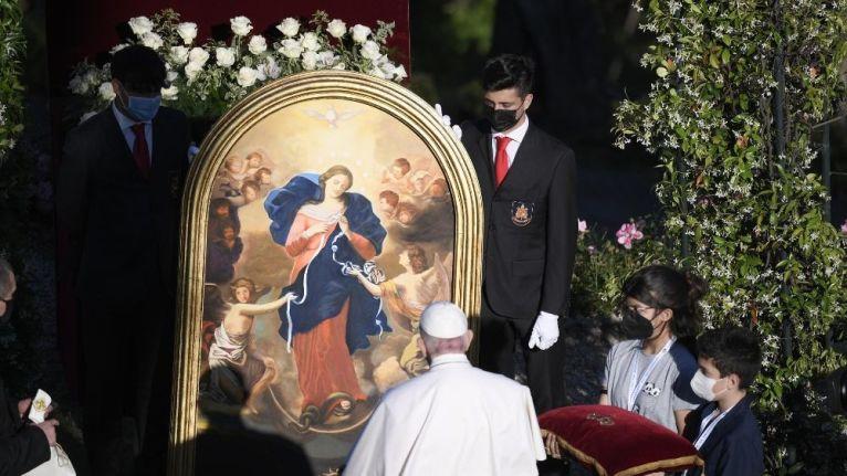 O Papa rezou: Senhora Desatadora dos nós, com o Rosário vos suplicamos, Mãe de Misericórdia, acabe com a pandemia e a humanidade possa retomar a vida de cada dia...