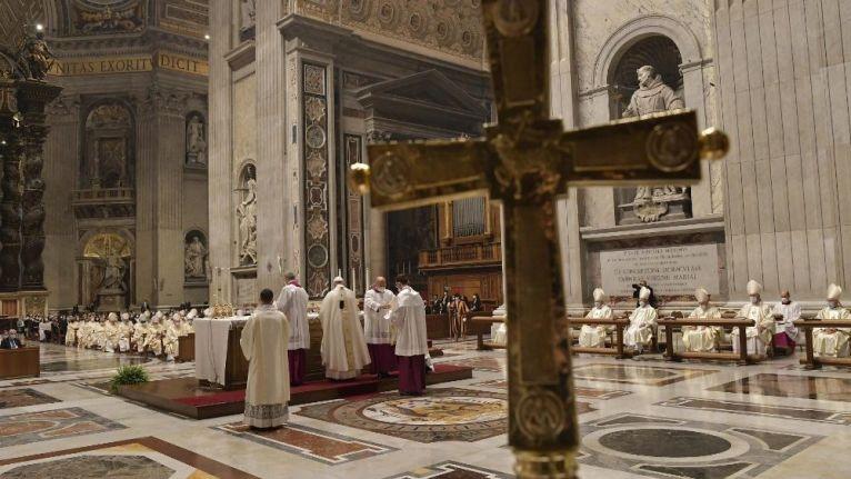 Para celebrarmos a Eucaristia, é preciso primeiramente reconhecer a nossa própria sede de Deus. O drama atual é que muitas vezes se exauriu a sede do absoluto, a sede de Deus.